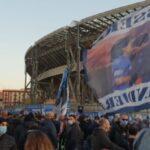 """FOTO    Cori dei tifosi azzurri fuori dal San Paolo: """"C'è solo un Maradona"""""""